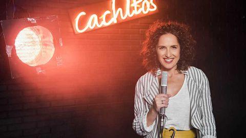 Virginia Díaz, presentadora de Cachitos de hierro y cromo, sostiene un micro