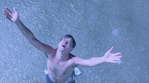 tim robbins bajo la lluvia en el final de cadena perpetua