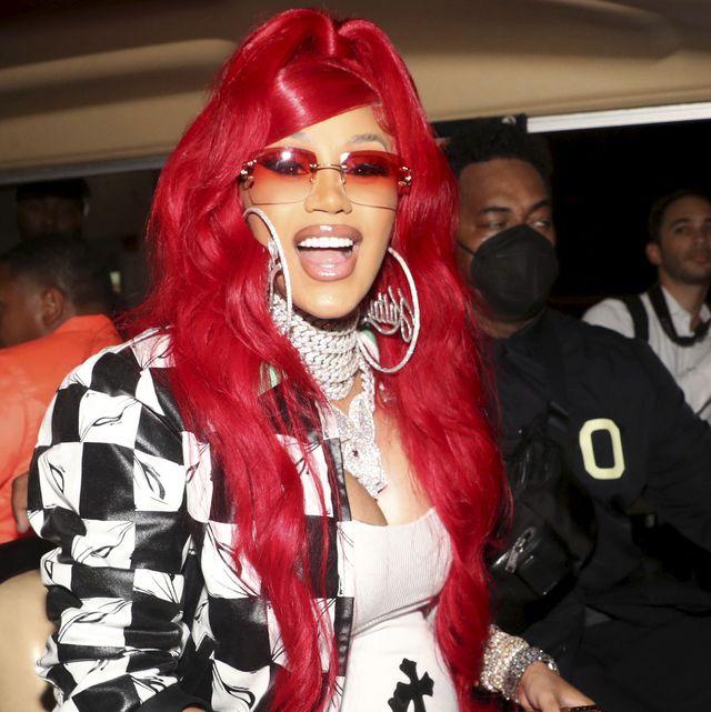 la cantante, embarazada, con un look imposible en blanco y negro y peluca de color rojo
