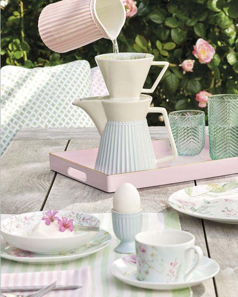 Mesa de desayuno en el jardín