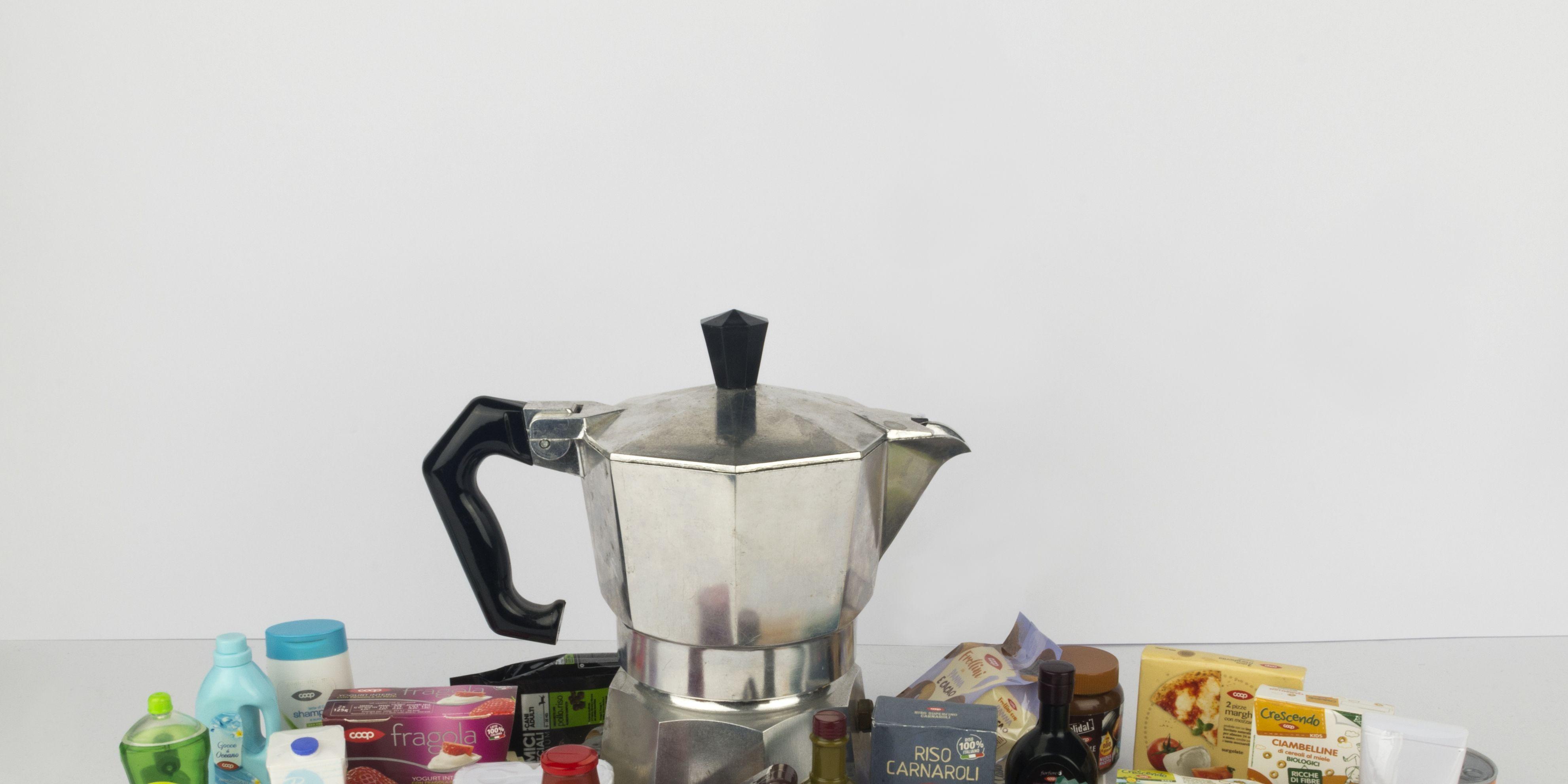 caffettiera Bialetti e miniature prodotti Coop nella mostra Coop_70. Valori in Scatola alla Triennale di Milano