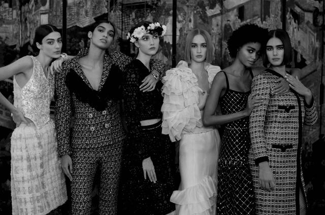 chanels nieuwe collectie voelt als een grote familie, chanel, couture, haute, haute couture, week, couture week parijs, mode, fashion, inspiratie, modehuis, familie, bruiloft, romantisch