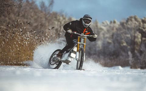 Vehicle, Snow, Cycling, Downhill mountain biking, Mountain bike, Winter, Outdoor recreation, Extreme sport, Recreation, Bicycle,