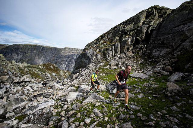 dos hombres corren entre las montañas una carrera de la copa del mundo wmra 2021