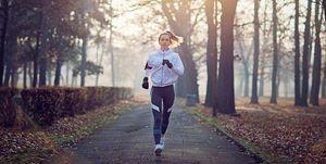 jonge vrouw buiten aan het hardlopen