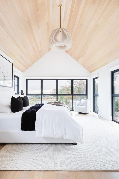 Bedroom, wooden ceiling, white carpet, white bedspread
