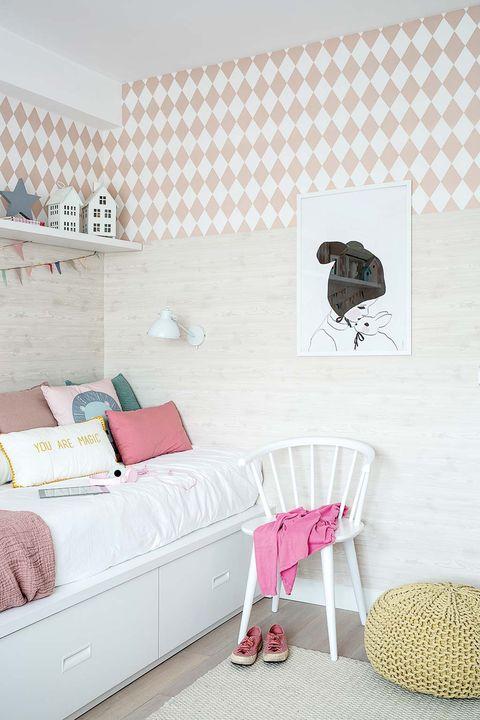 silla blanca y aplique en el muro