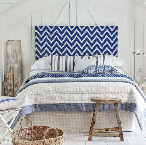 dormitorio con textiles frescos blanco y azul