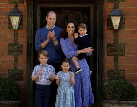 新型コロナウイルスによる危機に見舞われるなか、ウィリアム王子一家がそろってbbcの特別番組『ビッグ・ナイト・イン(big night in)』に出演し、パンデミック下で働く人々を称えた。映像にはチャールズ皇太子夫妻も登場し、救急医療従事者を称えるために拍手を送っている姿を見ることができる。