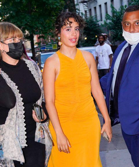 camila cabello con un vestido color mostaza