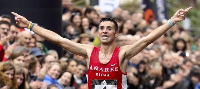 el maratoniano camilo santiago cruza la línea de meta de un maratón