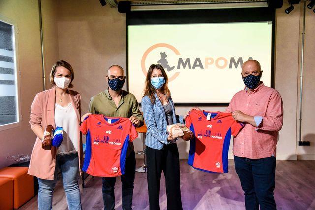 los responsables de mapoma posan con las camisetas que regalarán a los que donen alimentos al banco de alimentos