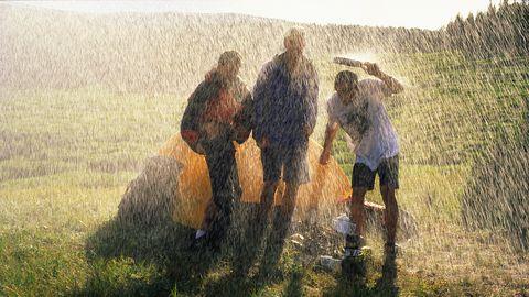 regen druppels regendruppels hoosbui het giet miezer regenbui wolk wolkbreuk energie elektriciteit stroom opwekken zonne energie windenergie zonnepaneel