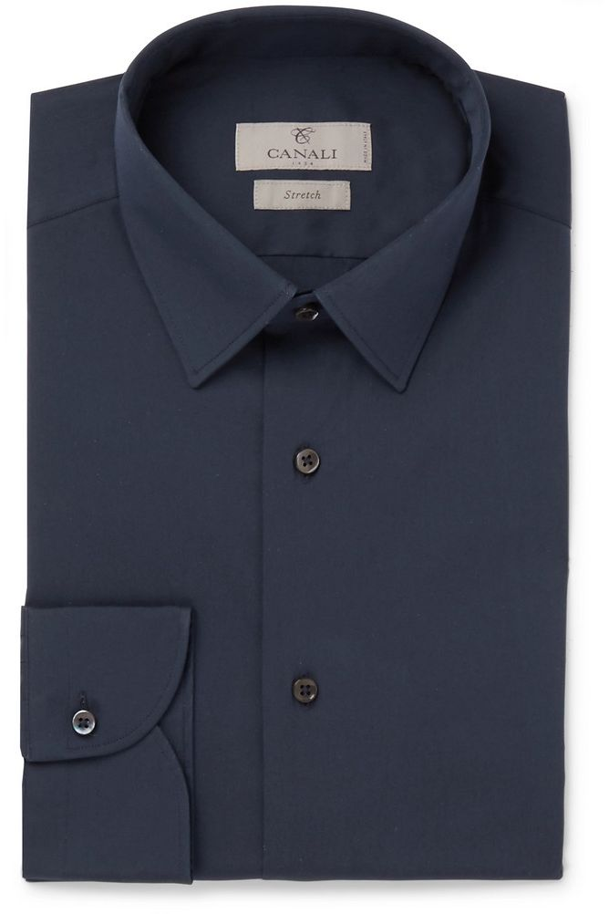 traje azul con camisa oscura