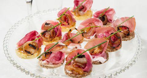 La ricetta dei canapé di prosciutto crudo è l'antipasto fresco e gustoso perfetto per i vostri menù estivi