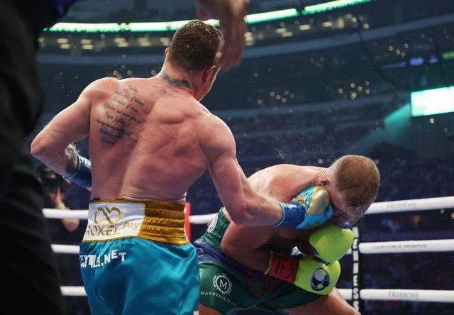 el boxeador mexicano canelo alvarez derriba a billy joe saunders