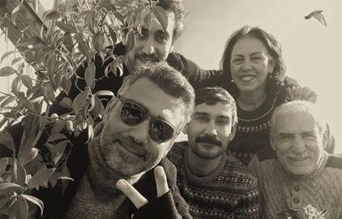 caner cindoruk se ha convertido en el actor de moda por su papel de sarp en 'mujer' te contamos sus aficiones, su familia y ¡hasta cuál es su equipo de fútbol