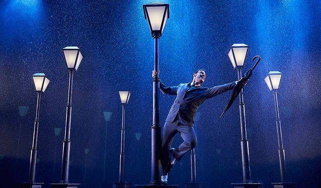 musical cantando bajo la lluvia