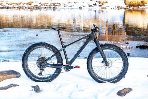 Bicycle wheel, Bicycle part, Bicycle tire, Bicycle, Bicycle frame, Vehicle, Snow, Bicycle fork, Spoke, Bicycle saddle,