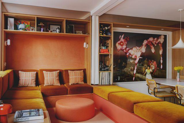 studio hagen hall diseña una casa en londres inspirada en los años 70 californianos con muebles vintage, terciopelo, olmo y corcho
