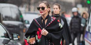 Olivia Palermo in de microtrend: poncho, op straat in Parijs