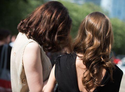 Hair, Hairstyle, Interaction, Brown hair, Kiss, Long hair, Friendship, Blond, Human, Shoulder,
