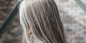 Sei giovanissima ma hai già i capelli bianchi? Il motivo è lo stress