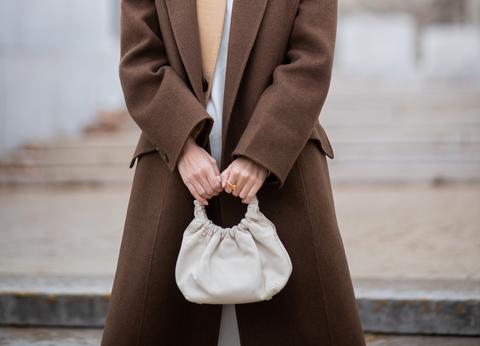 cappotto nero e tailleur marrone