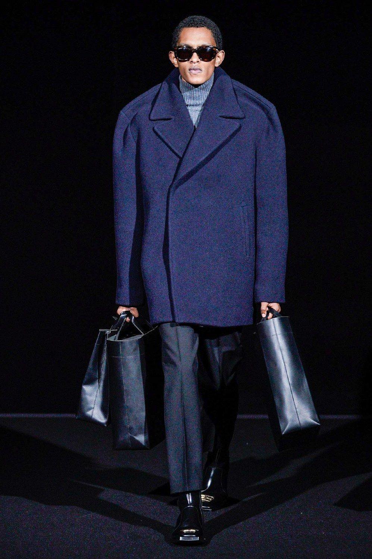Gli strani cappotti di Balenciaga per il prossimo inverno 9cf4d5de25a
