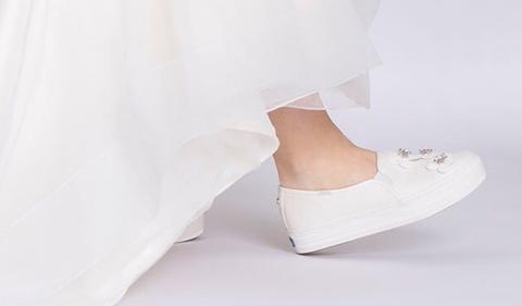 White, Footwear, Shoe, Leg, Court shoe, Beige, High heels, Bridal shoe, Foot,