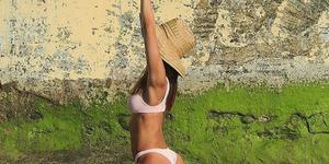 La modelo Ariadne Artiles practicando yoga en la playa.