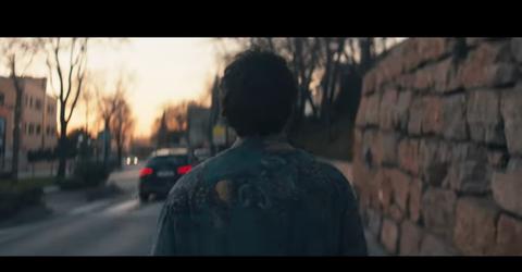 Miki en el videoclip de La Venda