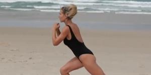 Elsa pataky realiza ejercicios sexys y saludables en la playa