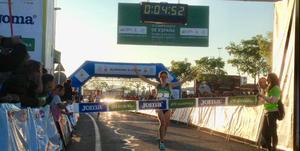 Cristina Espejo entra en la meta del Campeonato de España de la milla
