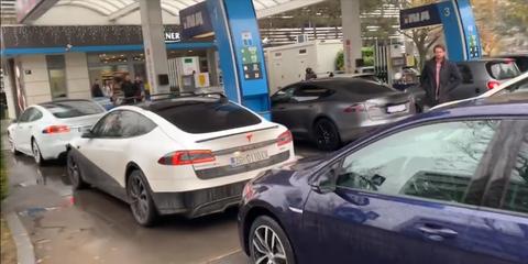 Tesla y otros eléctricos bloquean gasolinera en protesta
