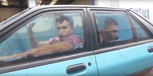 Conducen un Ford Laser lleno de agua
