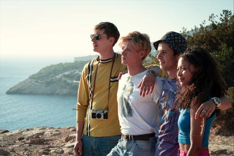 un grupo de amigos miran al mar en la serie white lines de netflix