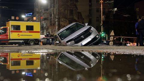 Cars swallowed by crater caused by leaky central heating pipeline in central Kyiv