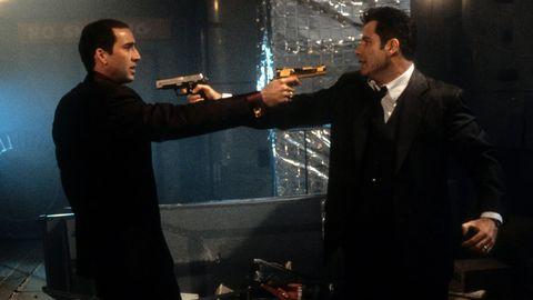 john travolta y nicolas cage se apuntan con pistolas en cara a cara
