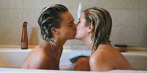 Cara Delevingne y Ashley Benson, en una foto de redes sociales.