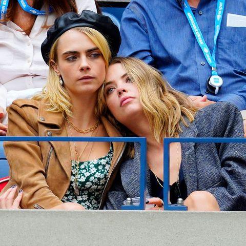 Cara Delevingne en Ashley Benson knuffelen op de tribune
