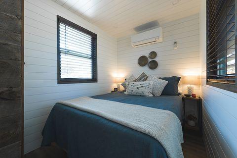 dormitorio doble en el interior de una minicasa en un contenedor con estilo escandinavo
