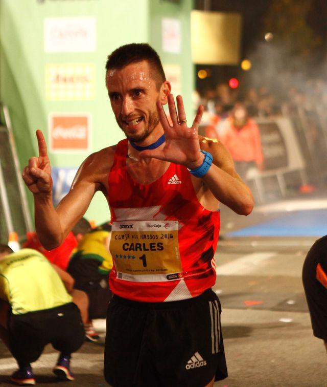el atleta carles castillejo celebra su victoria en la cursa dels nassos 2016