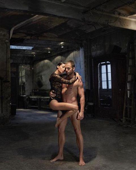 Carles Francino desnudo junto a su novia