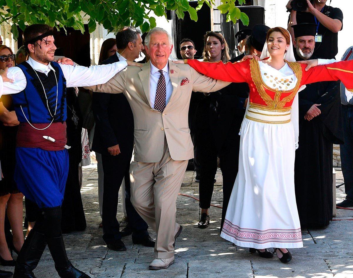 Carlos de Inglaterra bailando