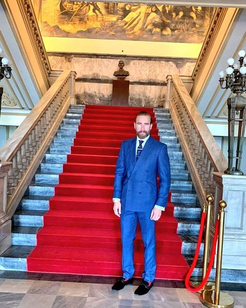 carlos de la mota en las escaleras del palacio nacional