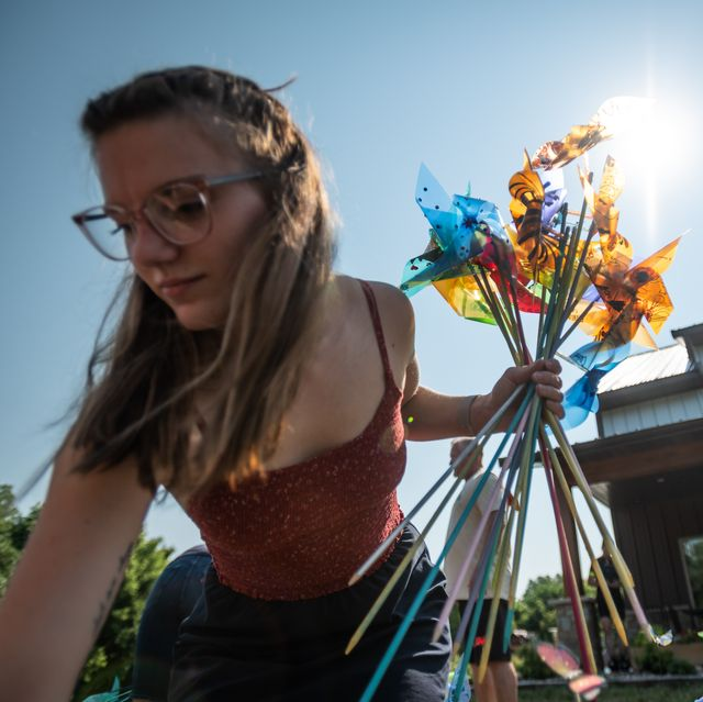 july 25, 2021, kya egbers and family members of susan egbers work to install her art installation commemorating her late husband john egbers and 856 other people that were killed while on  their bikes in 2018