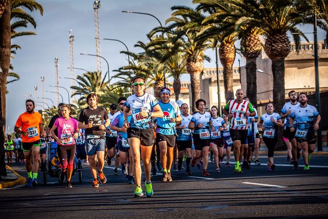participantes corriendo en la carrera 10k de huelva 2019