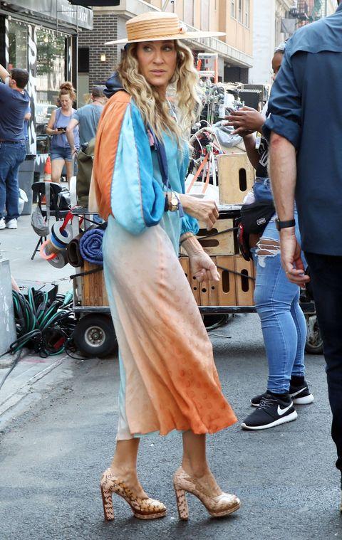 carrie bradshaw con vestido tie dye de mangas abullonadas y sombrero