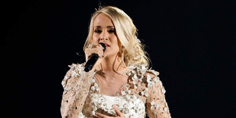 carrie underwood performing at 2018 acm awards
